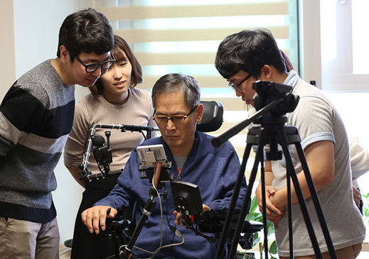 Samsung Dowell Assists Persons With Upper Limb Disabilities Using Smartphones